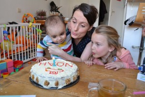 kaarsje uitblazen één jaar verjaardagstaart