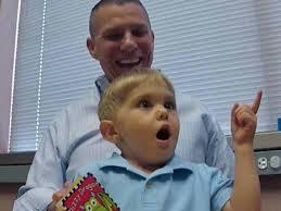 Doof jongetje hoort voor 't eerst stem van vader