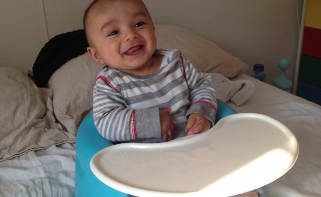 Blije baby in Bumbo stoel