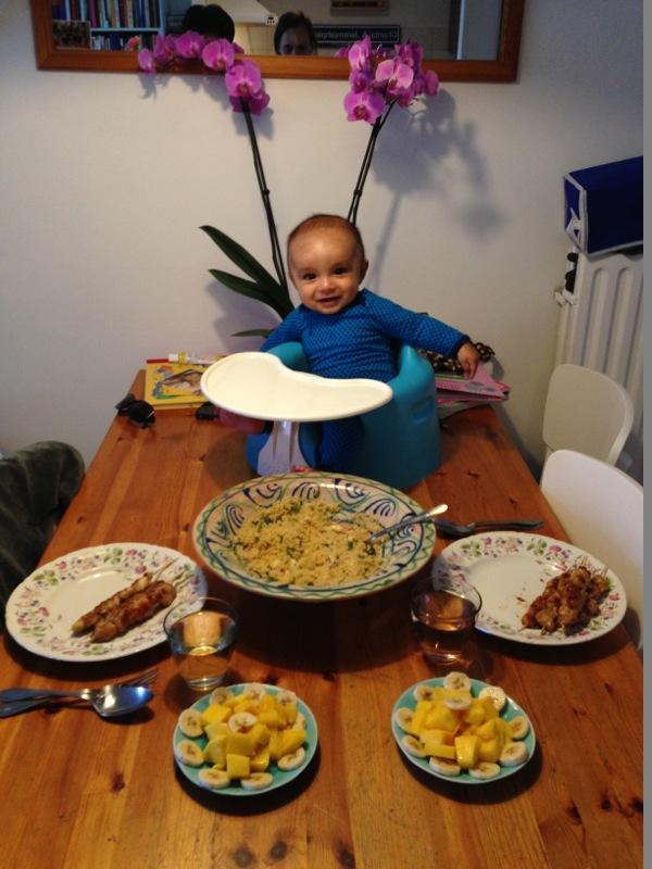Baby aan tafel in Bumbo stoel
