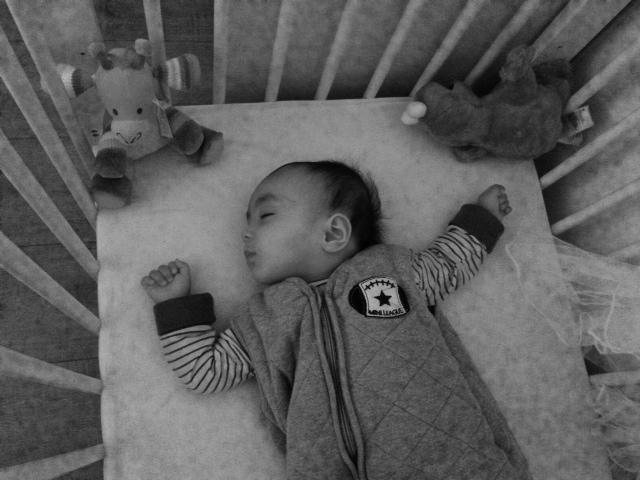 Slapende baby in kinderbedje