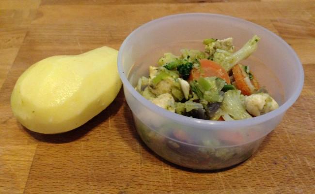 Groenteschotel met kip en pesto