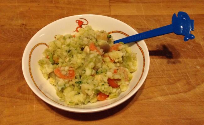 Groenteschotel met kip en pesto op bord