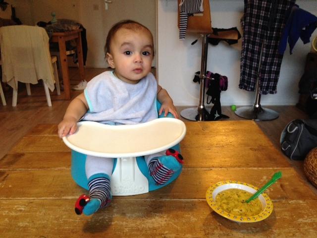 Noah klaar voor hapje mango kiwi