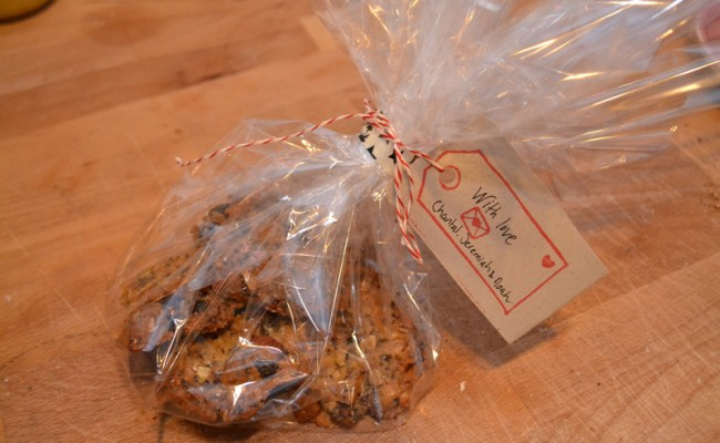 zelfgemaakte muesli koekjes ingepakt als cadeau
