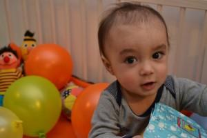 Noah jarig één jaar ballonnen in de box