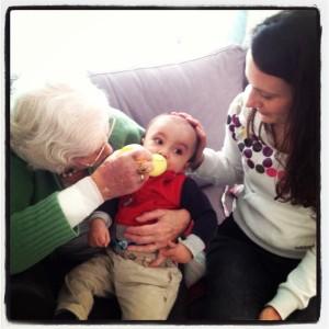 Oma geeft de fles