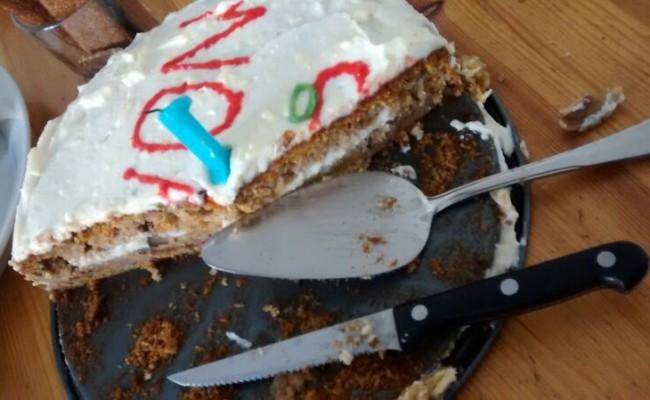Aangesneden worteltjestaart verjaardagstaart
