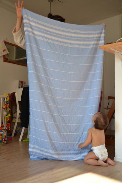 kiekeboe baby kindje spelen met grote hydrofiele doek