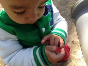 spelen met zand dreumes