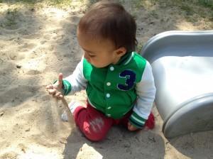dreumes spelen met zand