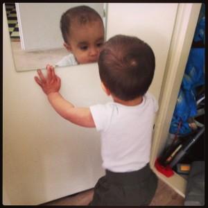 kindje voor de spiegel