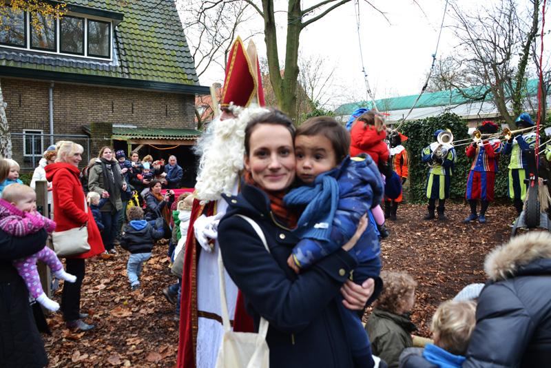 Sinterklaas sint piet sinterklaasfeest 5 december vieren crèche pepernoten taaitaai op schoot cadeau kado dreumes peuter mama