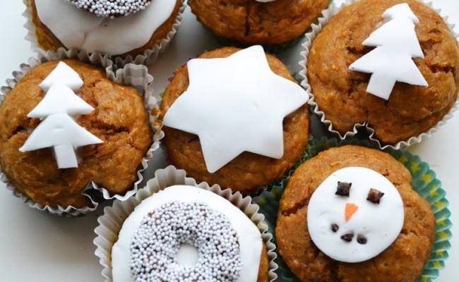 feestelijk versierde kerstcupcakes