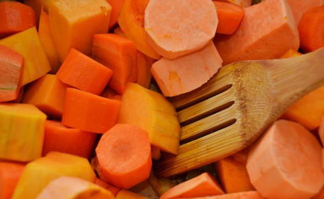 gesneden pompoen zoete aardappel wortel soep