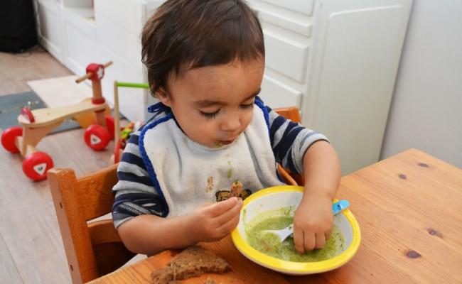 peuter smullen van courgette soep
