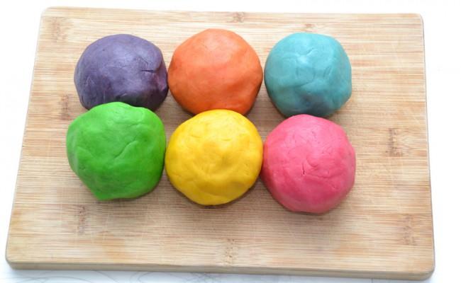 zandkoekjes regenboogkoekjes deeg met kleurstof
