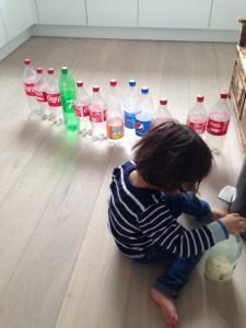 spelen met lege flessen vrij spel zonder speelgoed