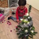 kind zelf mini kerstboom optuigen versieren
