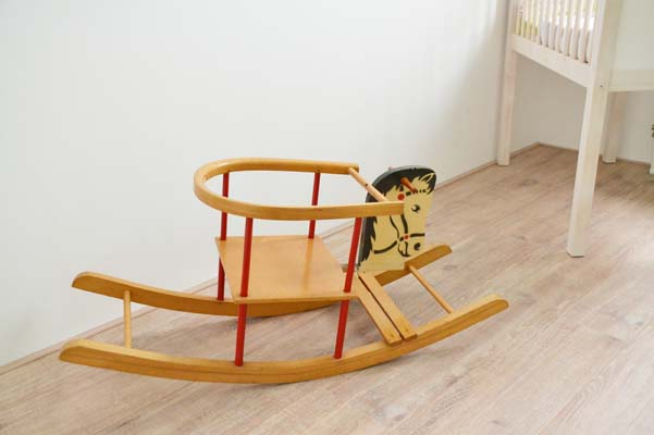 ouderwets hobbelpaard inrichting goedkope babykamer