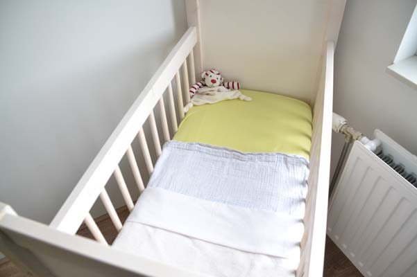 opgemaakt babybed wiegje geel