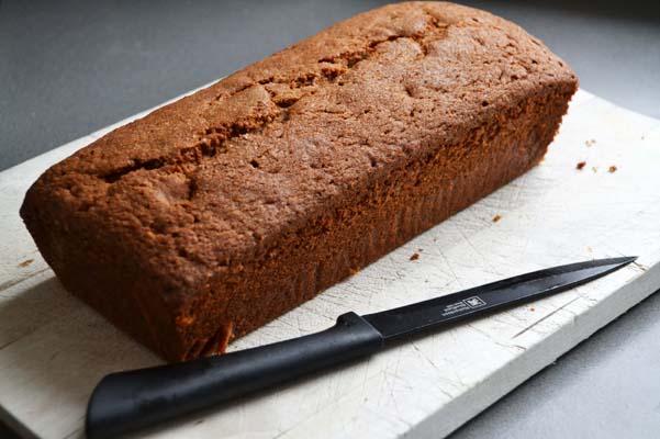 kruidcake op broodplank
