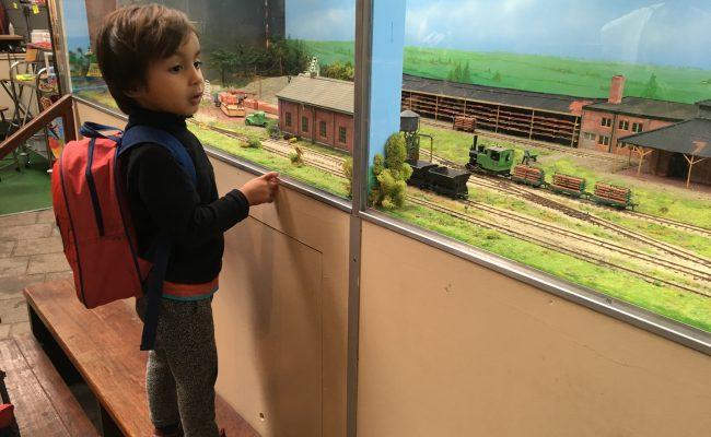 treintjes kijken binnen smalspoormuseum