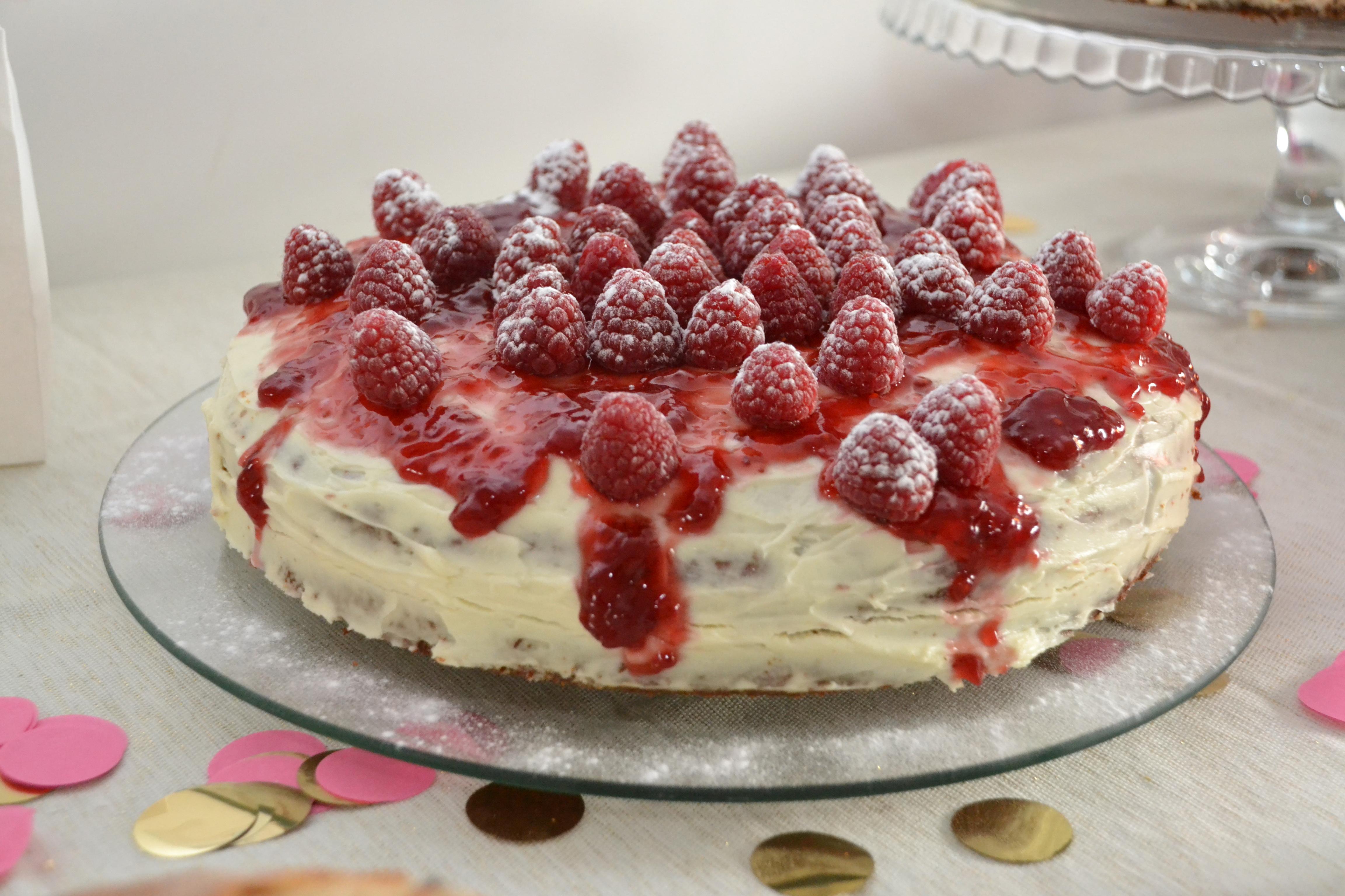 frambozencake topping frambozen poedersuiker creme wit cake kokos