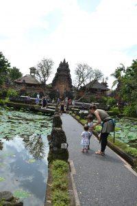 Saraswati tempel Ubud waterlelietempel blog kinderen