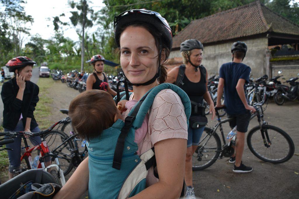 fietstocht ubud down hill draagzak baby bali